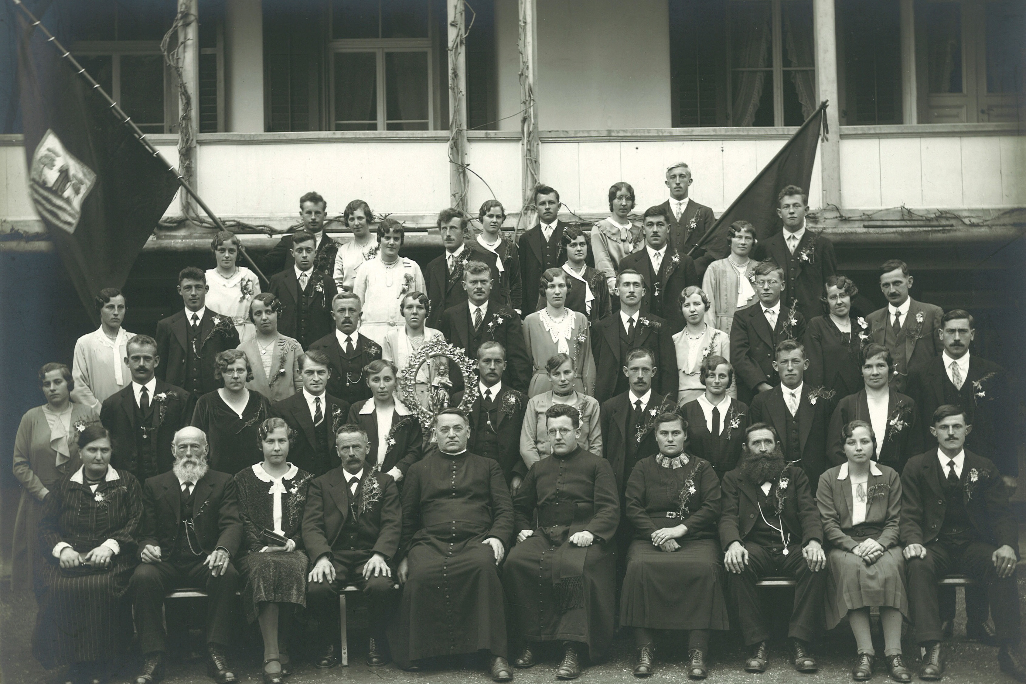 Fair officials of the Wolfschiessen association with their wives and clergymen with the figurine of St Wendelin just behind them, 1931 © Staatsarchiv NW