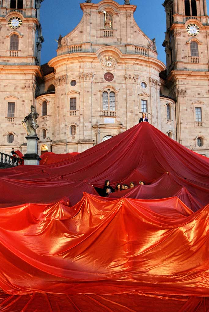 Klosterplatz Einsiedeln (SZ): a red cloth is spread across the square for the opening of the