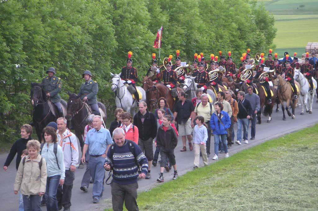 Chommle (south of Rickenbach), 2009: a group of pilgrims accompanies the mounted band. © Regula Muff, Gunzwil