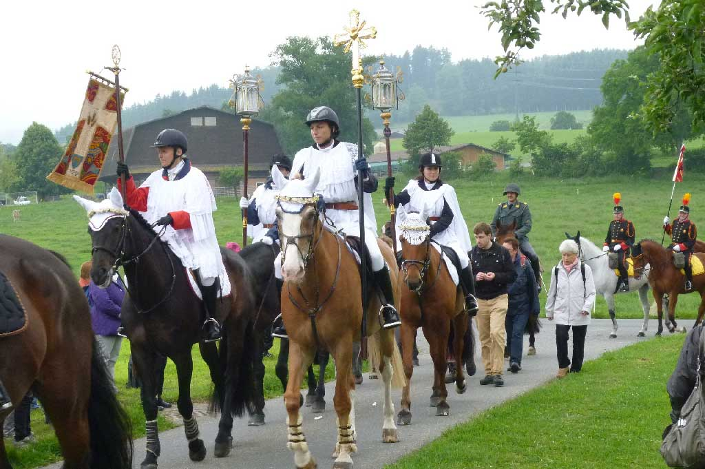 Seeblen near Gunzwil, 2011: cross, flag and lantern bearers at the head of the mounted procession. © Regula Muff, Gunzwil