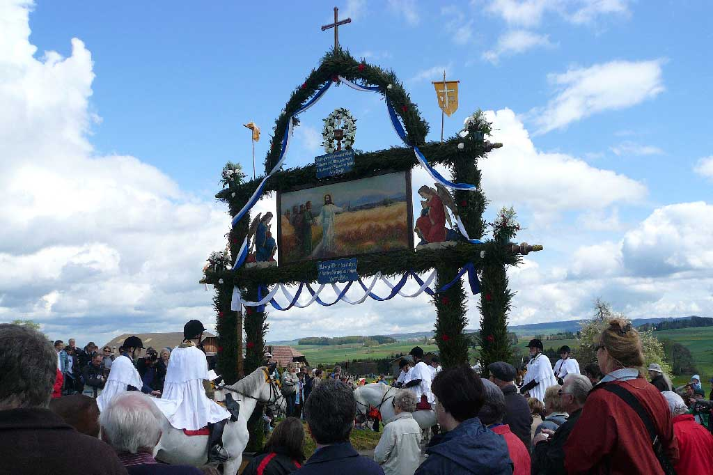 Seeblen near Gunzwil, 2011: the procession halts at the triumphal arch to bless the horses © Regula Muff, Gunzwil