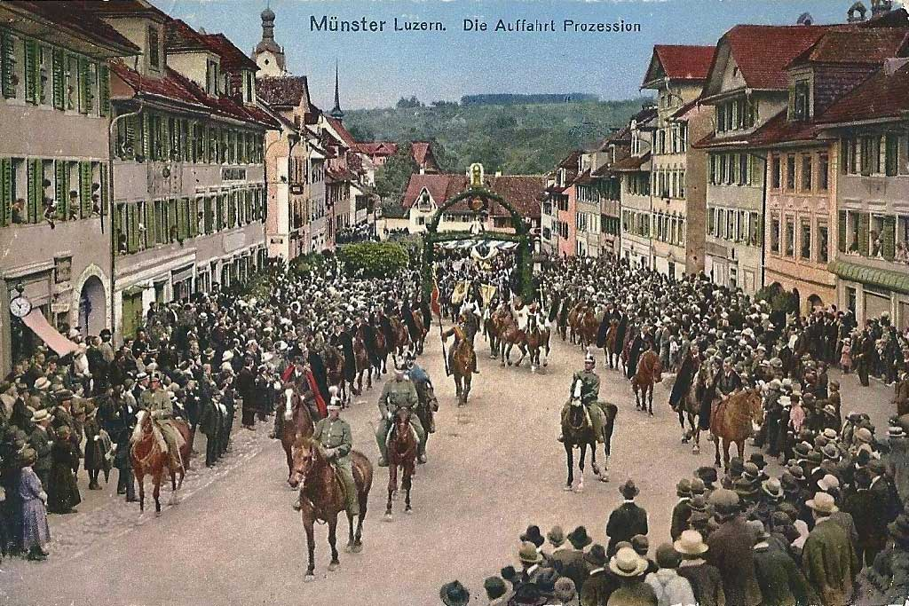 Coloured postcard of the procession arriving in Beromünster in the afternoon, around 1910 © Pius Muff, Gunzwil