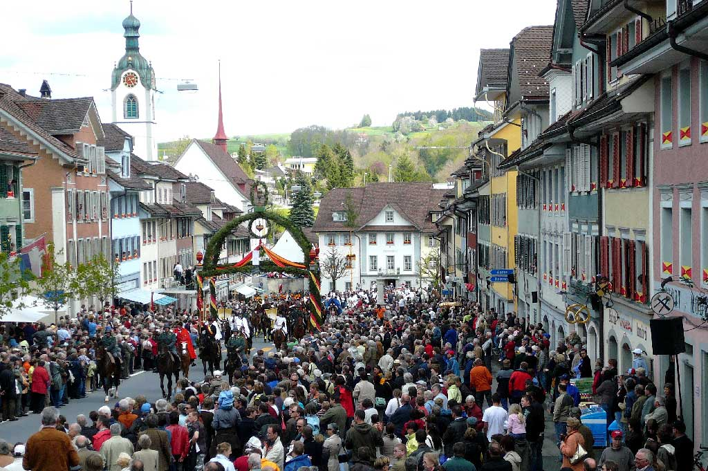 Beromünster, 2008: the riders enter the town under the triumphal arch © Regula Muff, Gunzwil
