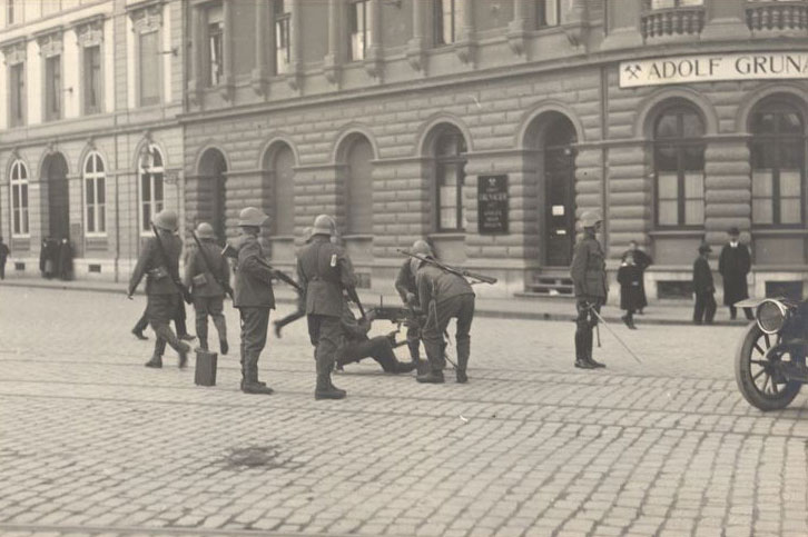 General strike of 1918: Soldiers tackle a striker. © Carl Kling-Jenny, Basel/Swiss National Museum
