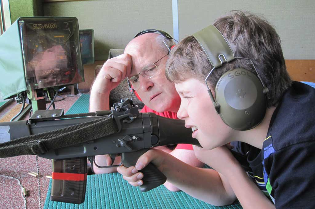 A typical sight at the national shooting festival: an experienced marksman mentoring the next generation of sharp-shooters. © SIS (Marcel Brumann)
