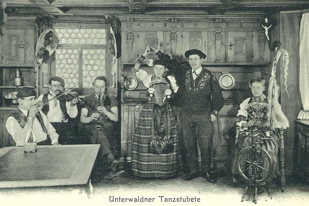 A couple from Unterwald wearing traditional dress and preparing to dance, postcard, circa 1925. © Staatsarchiv Nidwalden, Stans