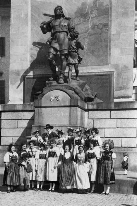 The Trachtengruppe Zug in front of the William Tell monument, Altdorf (UR) 1930. © Trachtengruppe der Stadt Zug