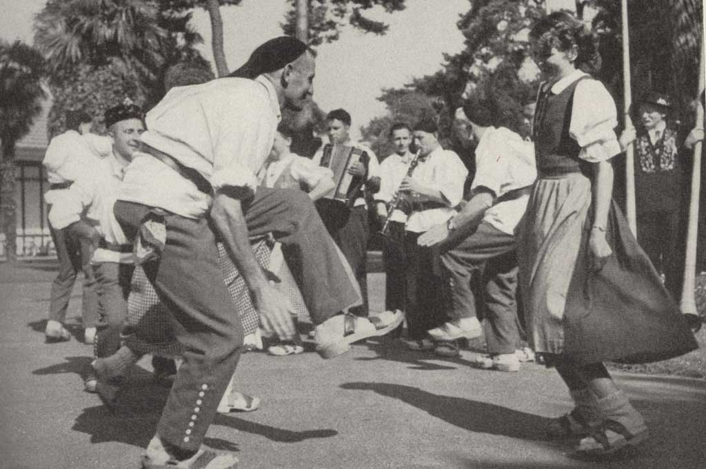 International exchange: Dancing the Gäuerle at the World Folk Dance Festival Congress in Biarritz (France), July 1953. © Schweizerische Trachtenvereinigung, Bubikon
