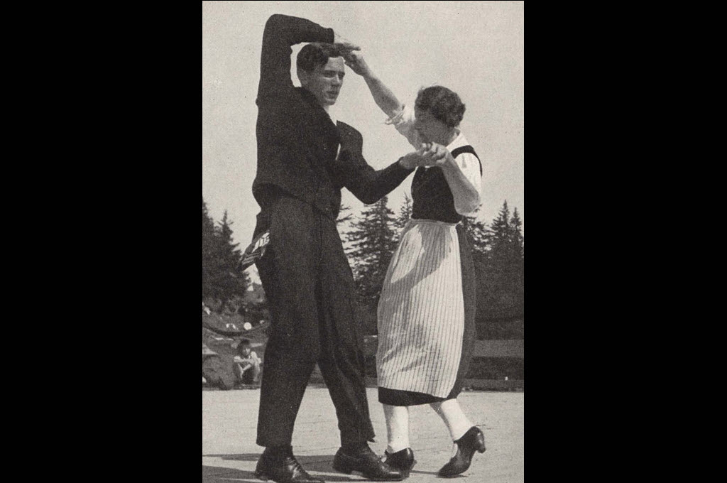 Two men dancing the Gäuerle, at the costume festival on Mount Rigi, 1936 © Fotograf: unbekannt. Rechteinhaber: Schweizerische Trachtenvereinigung