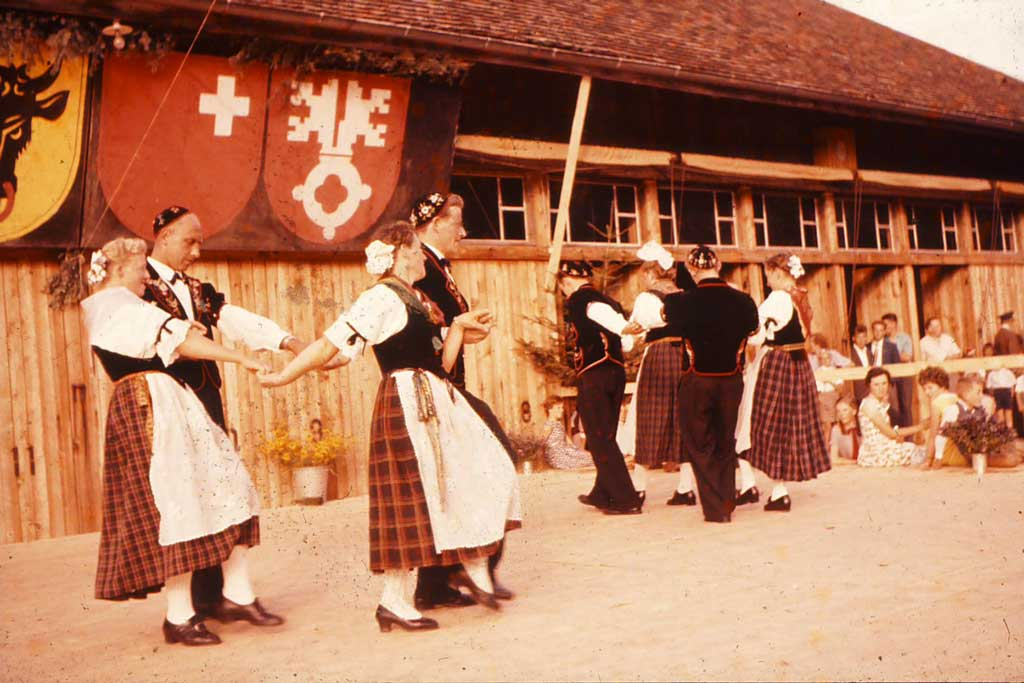 Dancers wearing traditional costumes from the canton of Obwalden performing in Beckenried (NW), 1959. © Schweizerische Trachtenvereinigung, Bubikon