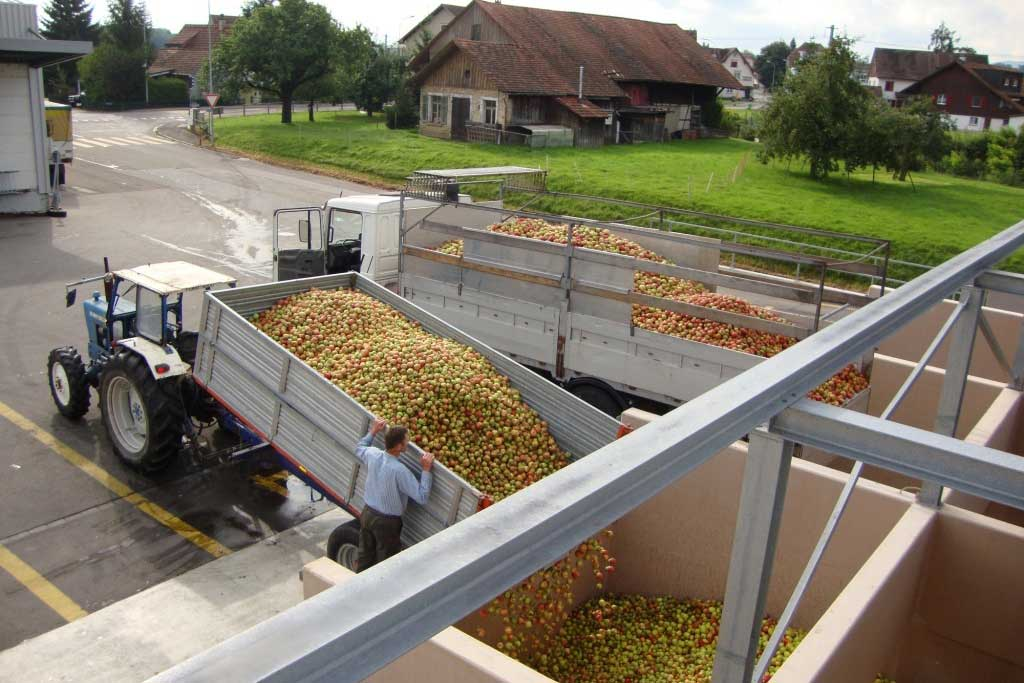 Tons of apples are supplied to Ramseier Aachtal AG cider mill by the fruit growers © Ramseier Suisse AG, 2011