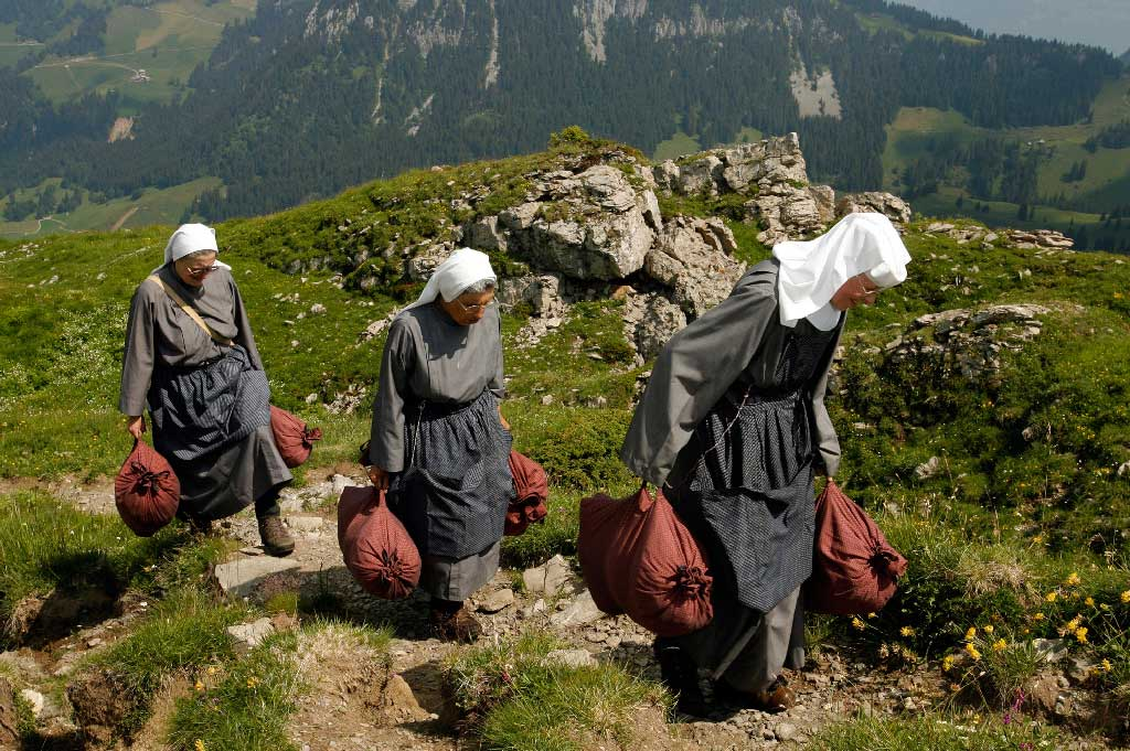 Musenalp: sisters carrying linen sacks filled with herbs to the Maria Rickenbach Convent (NW), 2006 © Urs Flüeler, Stans