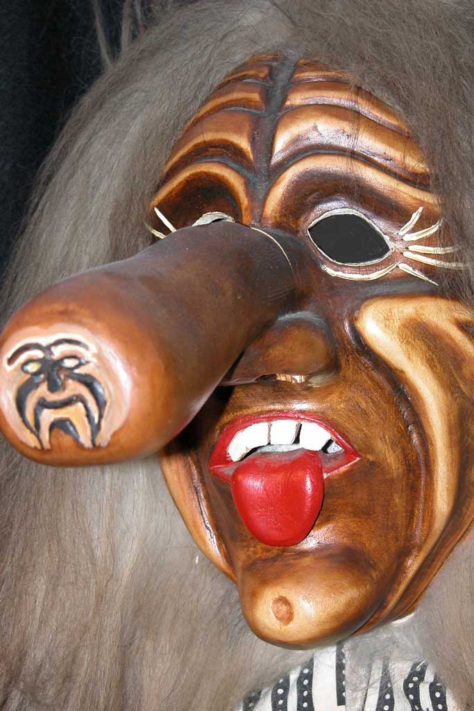 «Dr Langnasni» (the Longnose), traditional character mask from Flums © Schnitzer: Giovanni Testi, Flums
