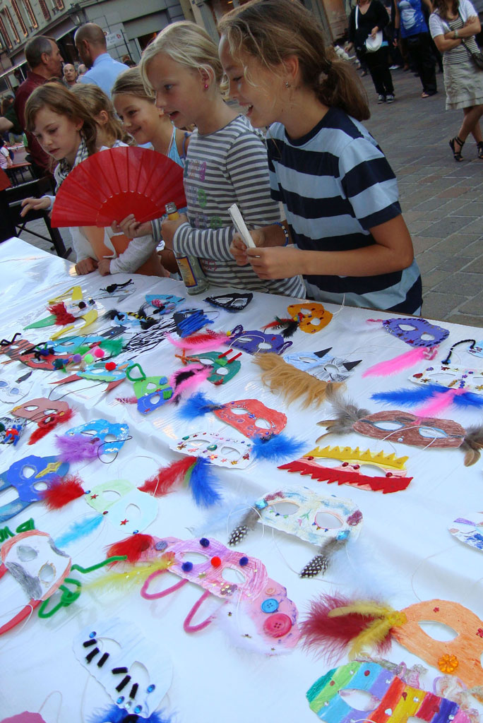 Children painting theatre masks as part of Friktaler Bühne's promotion of