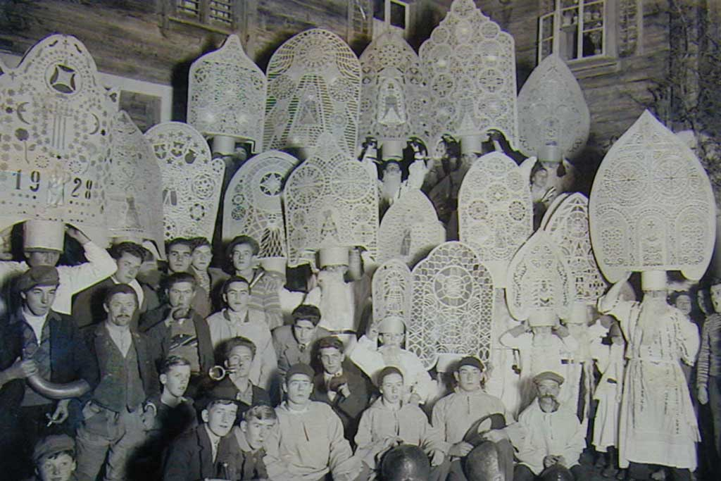 Participants in the Küssnacht «Klausjagen» procession, 1935 , the year in which the St Niklausengesellschaft depicted on the «Iffele» on the left was founded © St. Niklausengesellschaft Küssnacht