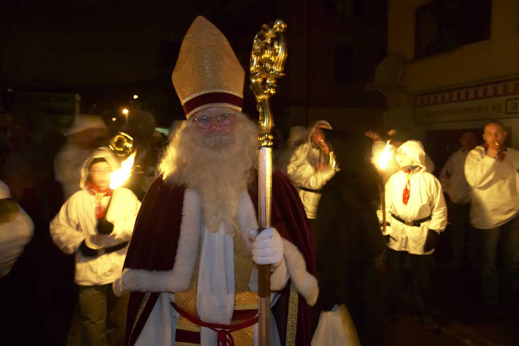 Samichlaus illuminated by the light of the torches during the procession in Küssnacht, 2008 © Alex Dietz/St. Niklausengesellschaft Küssnacht