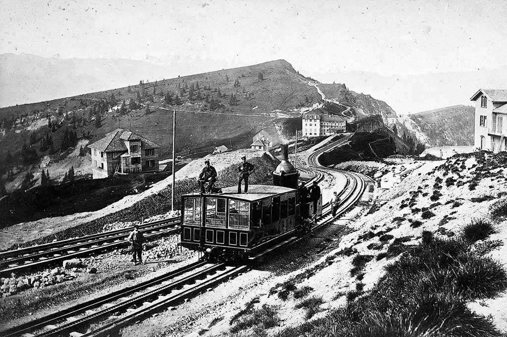 Above the Rigi Staffel railway station: locomotive with carriage placed uphill from the engine. © Rigi Bahnen, Vitznau