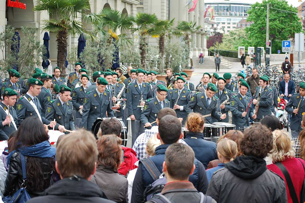 Open-air performance by the Swiss Air Force military band at the Kornhaus, Bern. © Centre of Competence for Military Bands