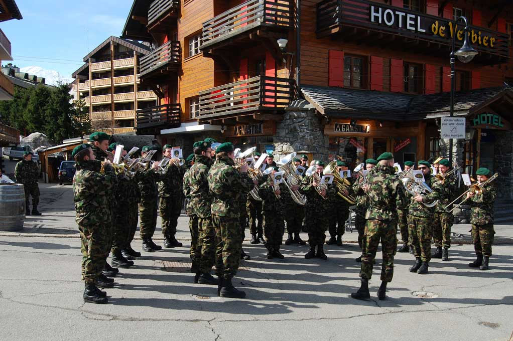 Open-air concert by the TerReg 2 military band during the Patrouille des Glaciers in Verbier. © Centre of Competence for Military Bands