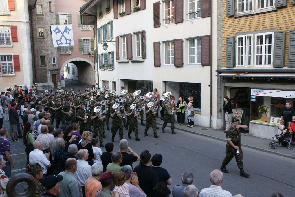 The 11th armoured brigade military band on parade, Wangen an der Aare. © Centre of Competence for Military Bands